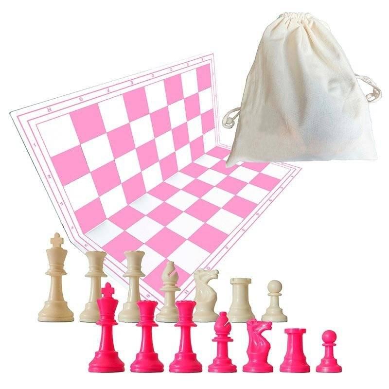 Tablero y piezas de ajedrez de color rosa